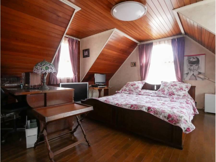 山小屋風の主寝室、9.8帖大、別途に書斎とW.I.収納付き。