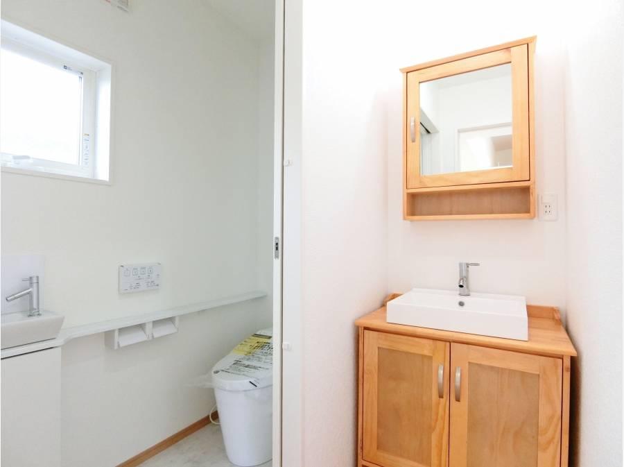 建売にはめぐらしい木製の洗面一式。可愛らしい印象を受けます