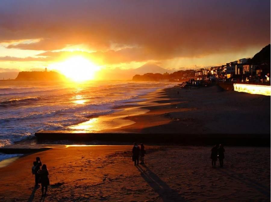 稲村ケ崎の海岸からは水平線に沈む夕日が望めます