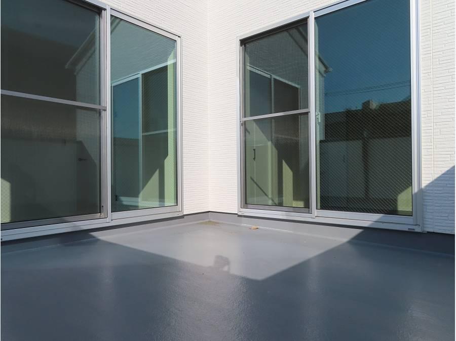 バルコニーは2部屋から繋がっていて広々。南西向きで日当たりもバッチリ