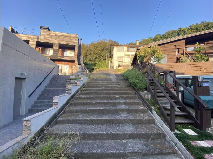 西側の道路からアクセスする階段