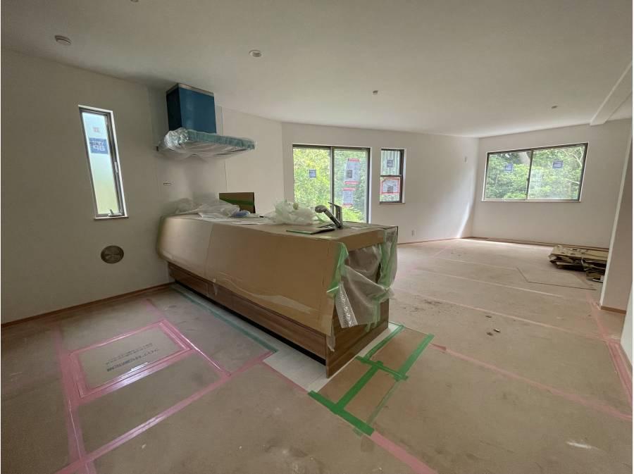 1階LDK。キッチンは美しいフォルムのペニンシュラタイプ。