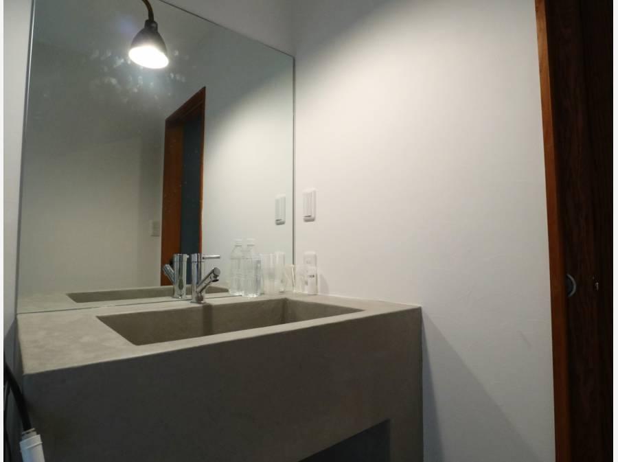 洗面台はモルタル塗装でスタイリッシュ