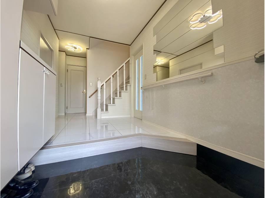 広く設計された玄関ホール。ホワイトで統一し品が漂います