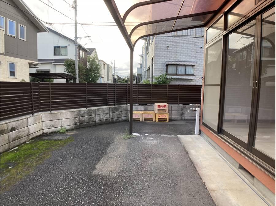 舗装済みの敷地内 庭スペース