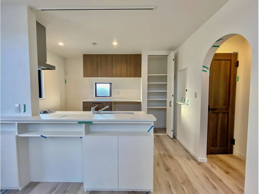 収納豊富なキッチン 右手はバスルームとWCの空間