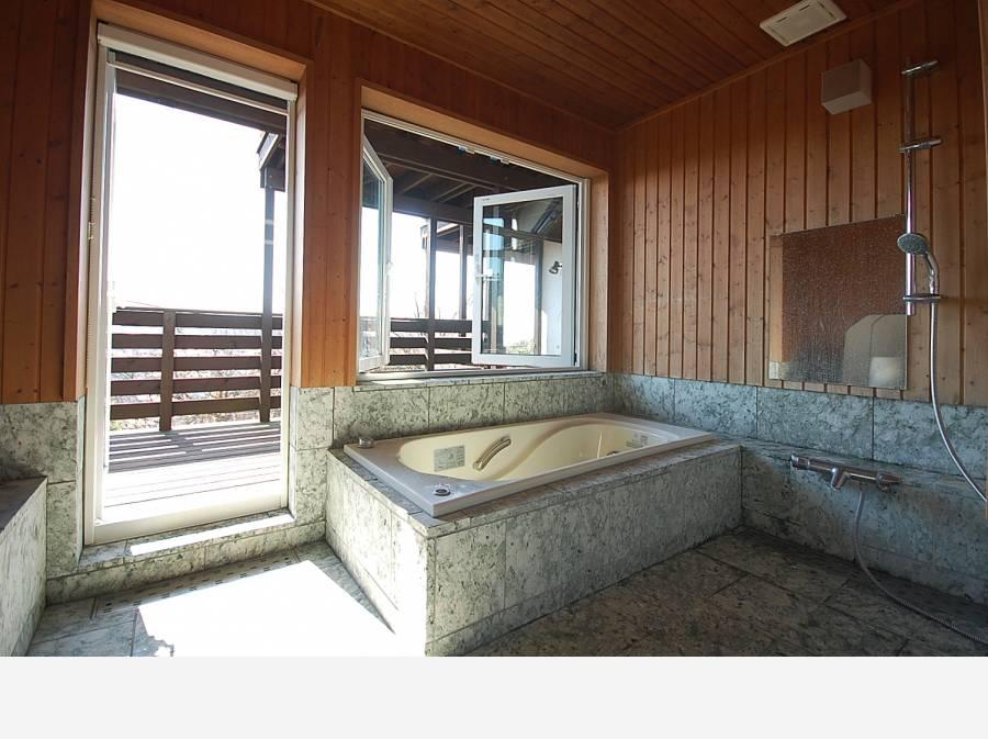 柔らかな足ざわりの伊豆若草石、写真手前に岩盤浴コーナー有り!