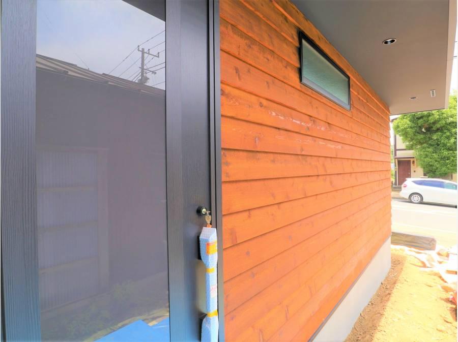玄関アプローチ♪ 木目の外壁がお洒落です。