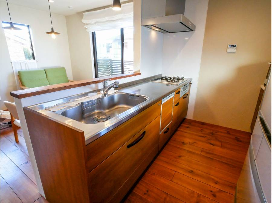 木目調のシステムキッチンが印象的