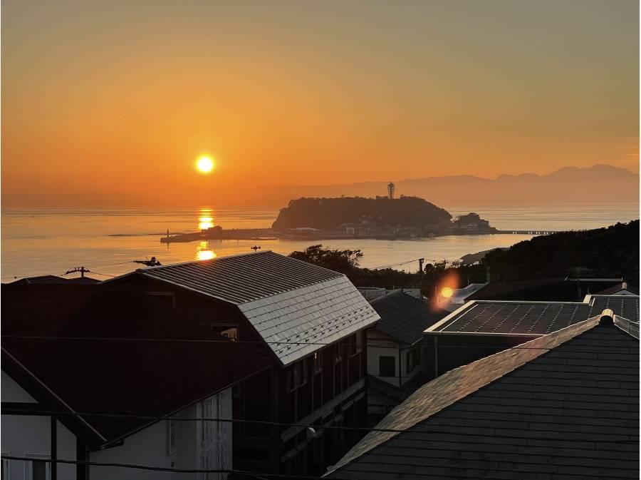 江ノ島。夕陽で水面が赤く燃えるよう。