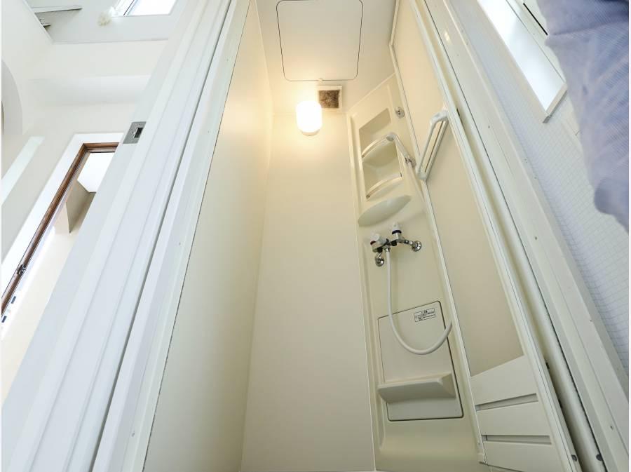 玄関入ってすぐの場所には、シャワールームもございます