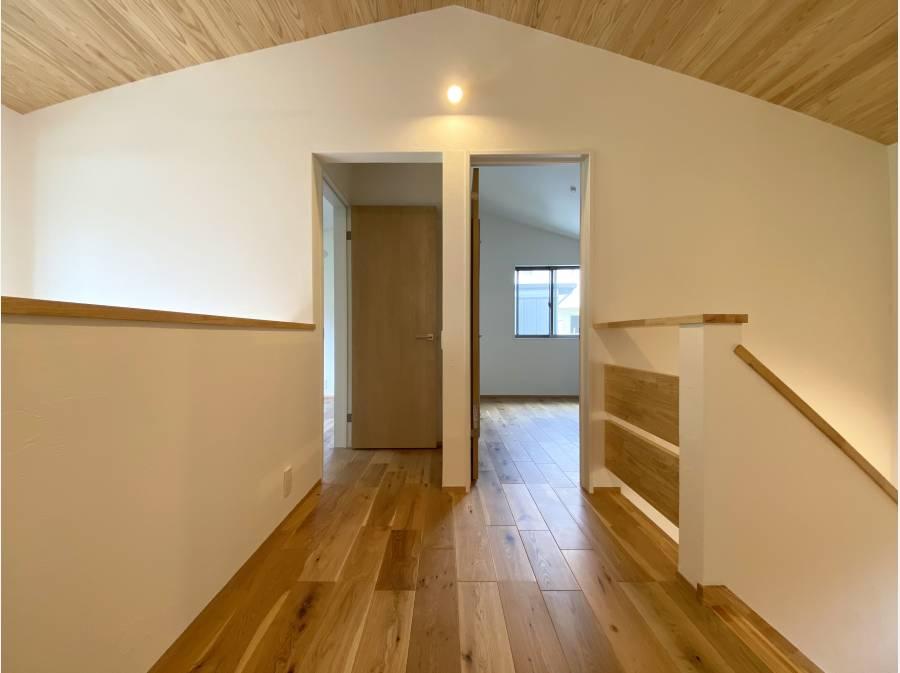 ホールを反対側から。2階にお部屋は3部屋ございます