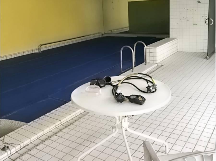 地下には温水プールがございます
