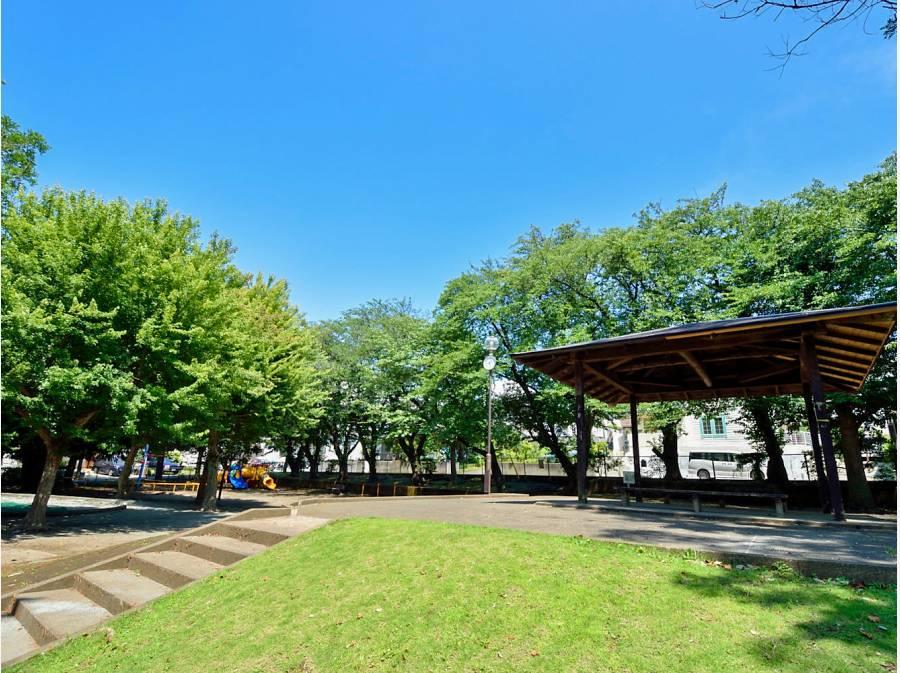 豊かな緑が広がる「柄沢公園」まで徒歩3分(約170m)