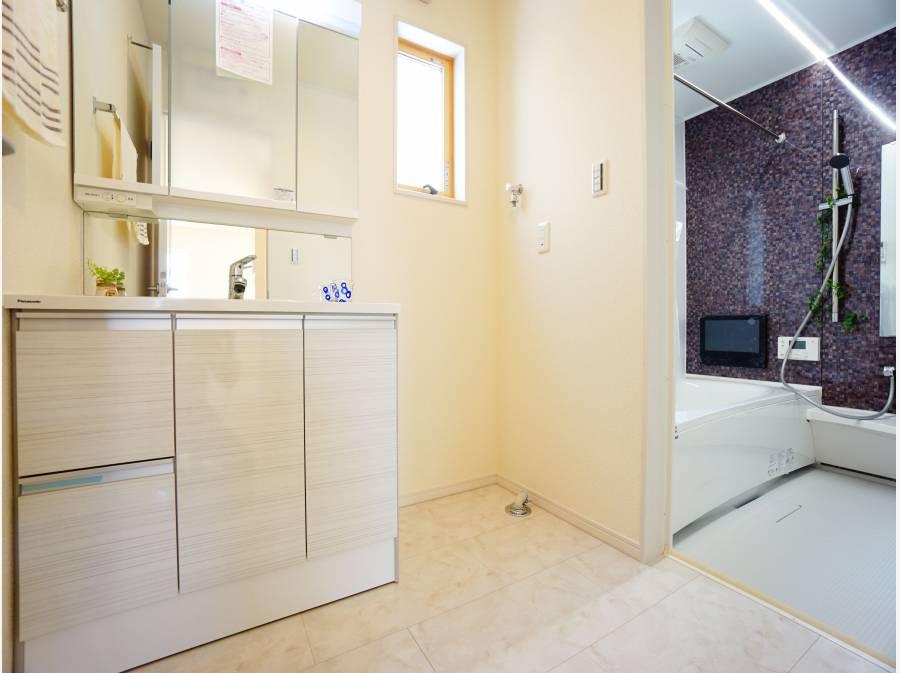 水周りも1階に集約。洗面所+テレビ付きバスルーム。