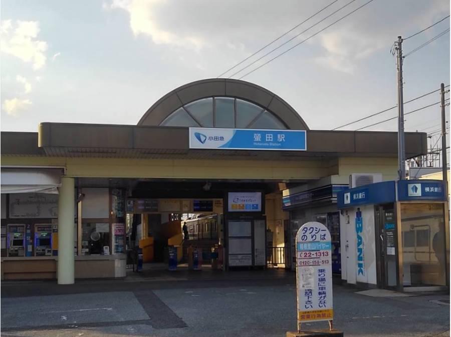 小田急蛍田駅までは徒歩6分、約430m。