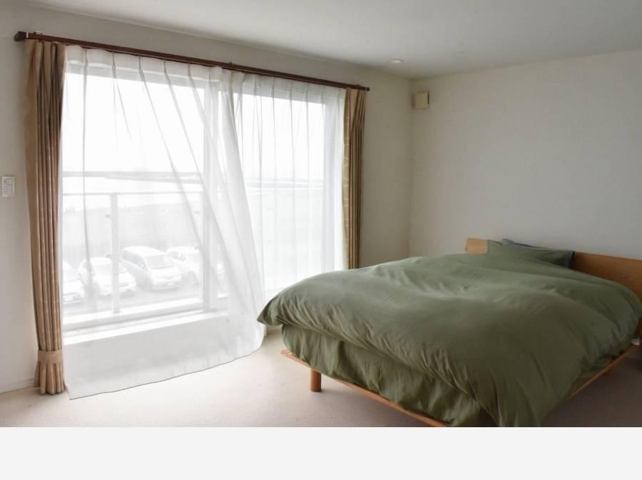 寝室からもばっちりと海を望みます♪ 潮風が心地良い立地です。