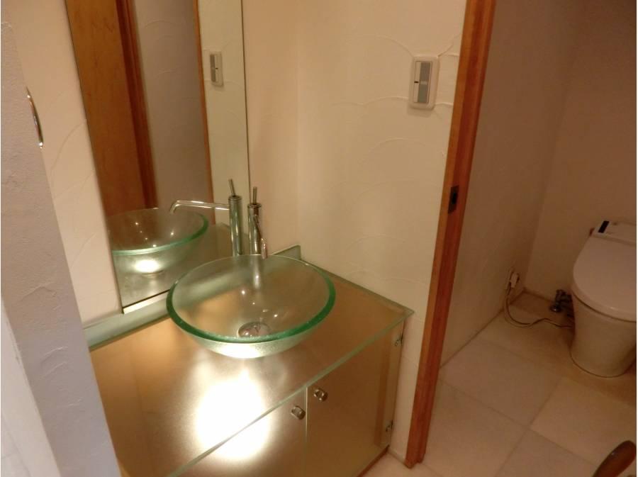 下からライトアップされた造作的な洗面台