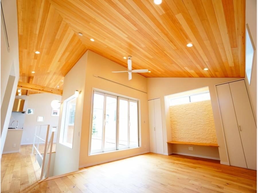 板張天井が目を惹くリビング。