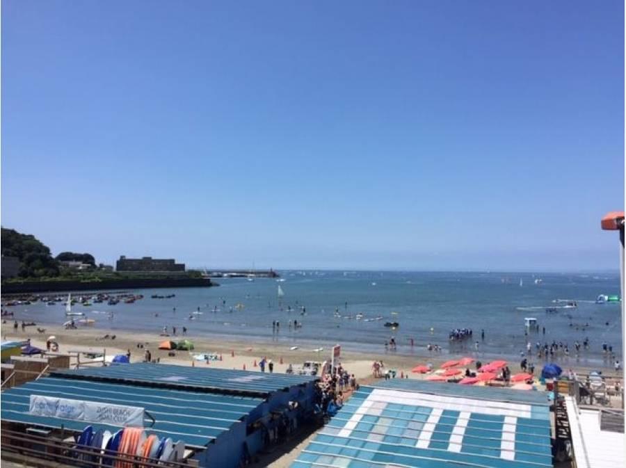 夏は海水浴場として賑わう逗子海岸。バルコニーからの眺め