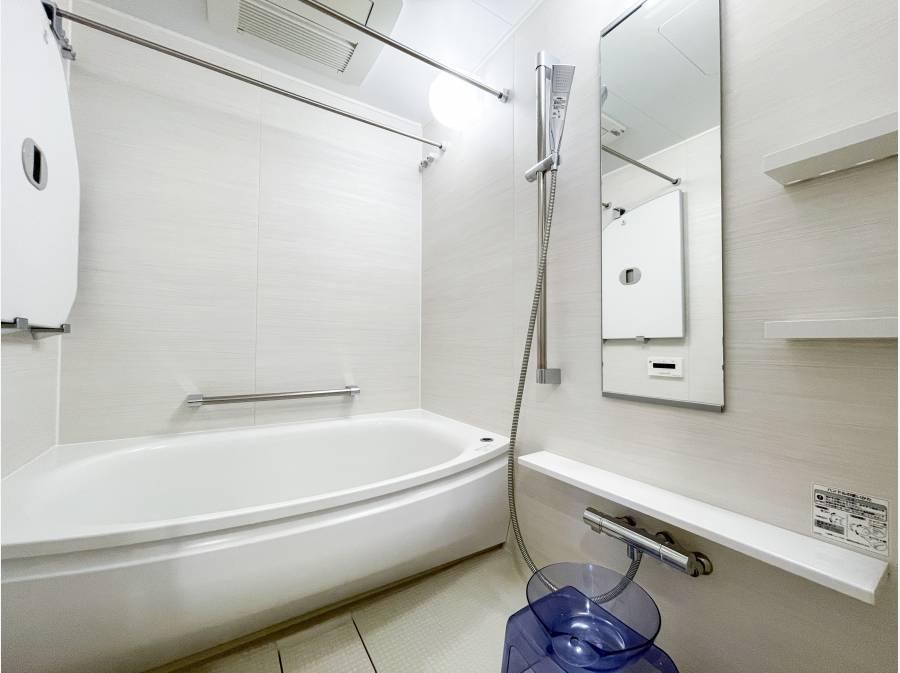 白基調の清潔感あるバスルーム