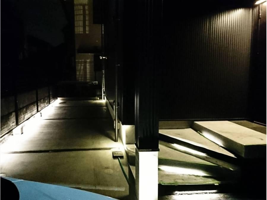 夜の玄関は間接照明で幻想的にライトアップされています