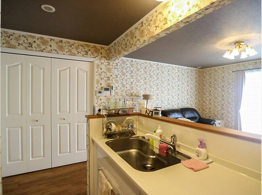 キッチン横にも大きな収納を完備し、すっきりと使えそうです