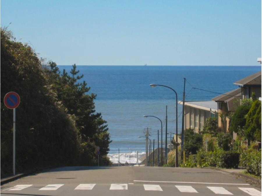 この景色(鎌倉プリンスホテル前道路)まで、徒歩で13分(約1,000m)。