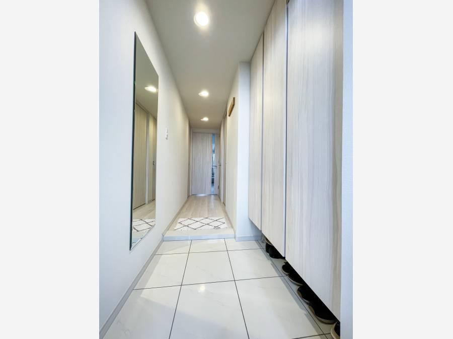 新築時のオプションで設置した全身姿見鏡と大容量のシューズボックス。