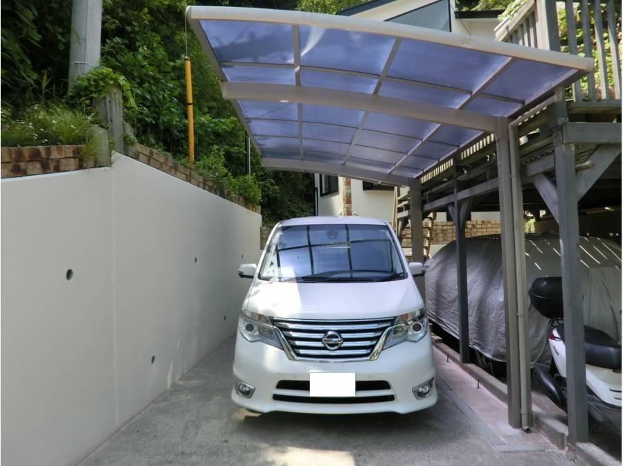 ミニバンも駐車できるカーポート付の駐車場