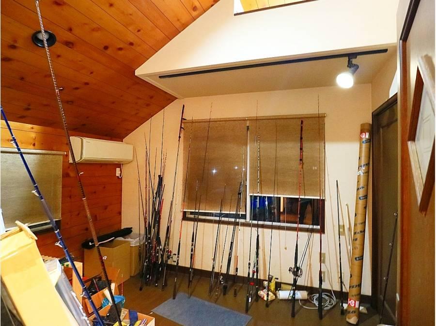 洋室の一つ。今は売主様の趣味道具の部屋に。