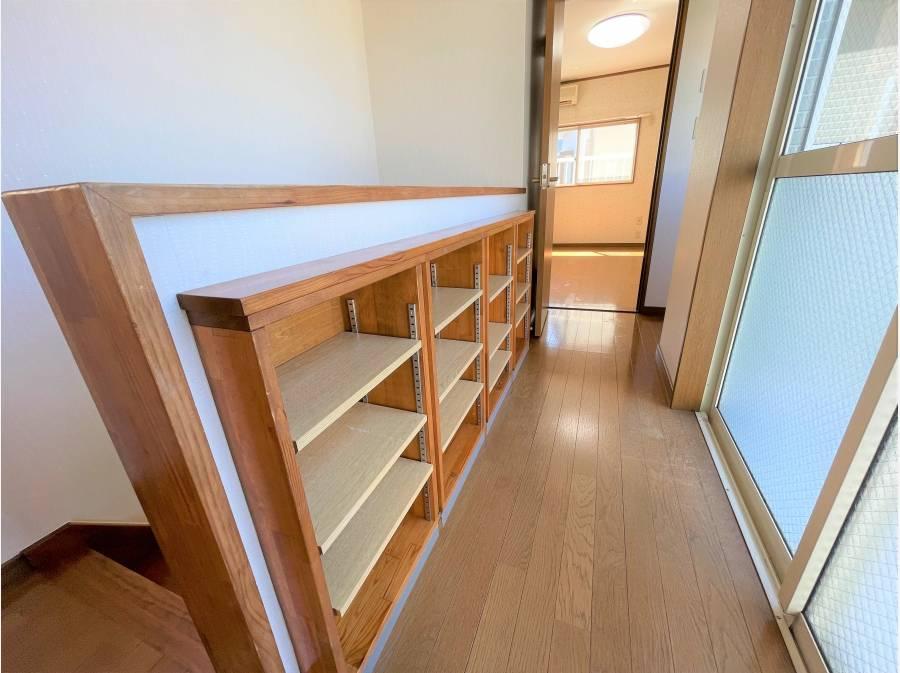 2階のホールには階段横に収納があります。
