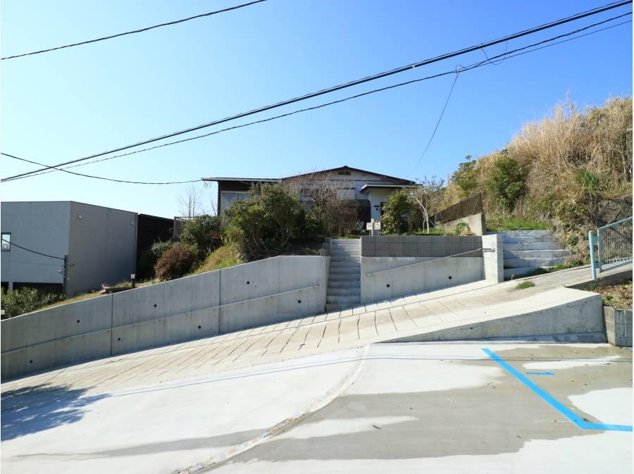 向かいの大きな駐車場から。斜度はありますが整備済みです。