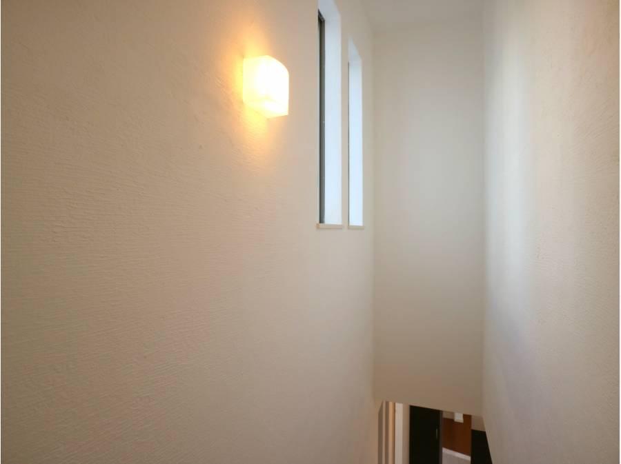 壁は漆喰、床は無垢材と自然素材に包まれる喜びを