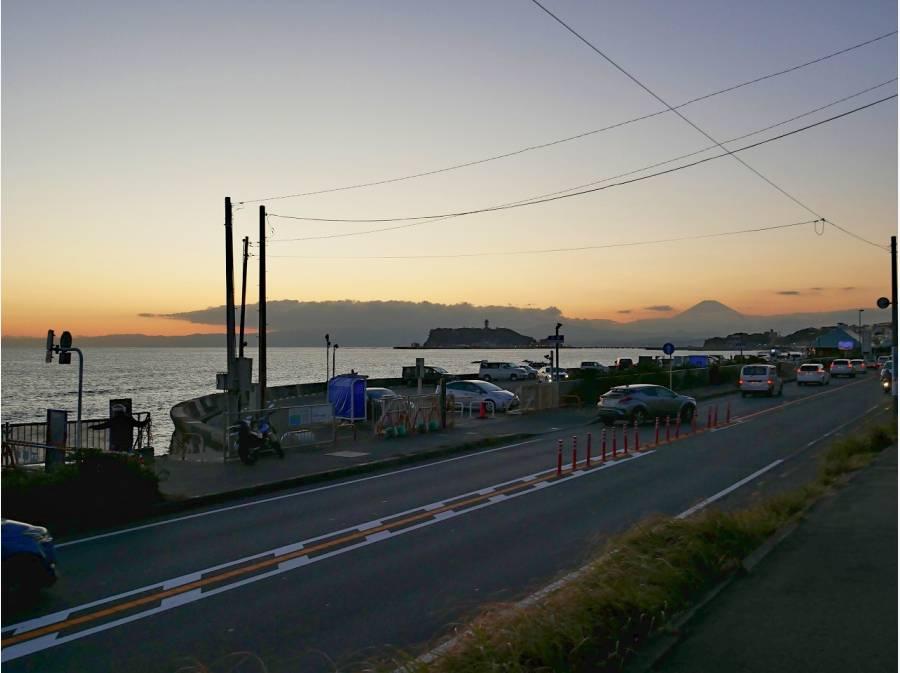 海へと階段を降りると七里ガ浜のパーキング(約280m、徒歩4分)