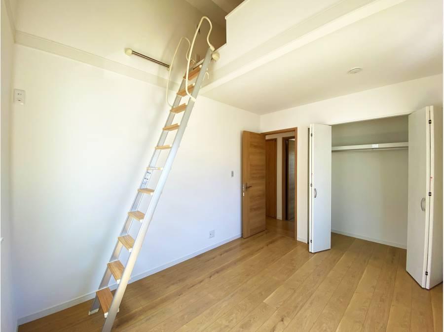 上部ロフト付きの居室