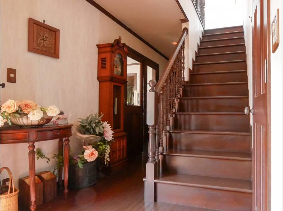 玄関ホール床はオークストリップ(無垢材)、階段のポストが豪華です。