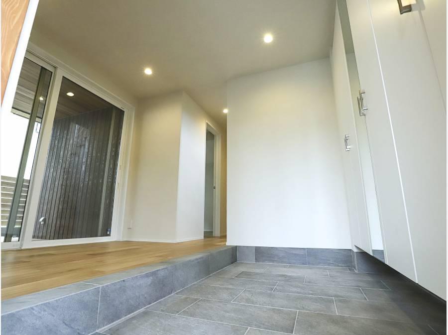 玄関ホールは沢山の来客にも対応できるだけの広さが確保されています