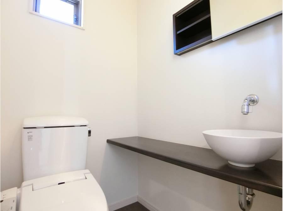 造作のカウンターとボウル付きのトイレ。ワンランク上の仕様です
