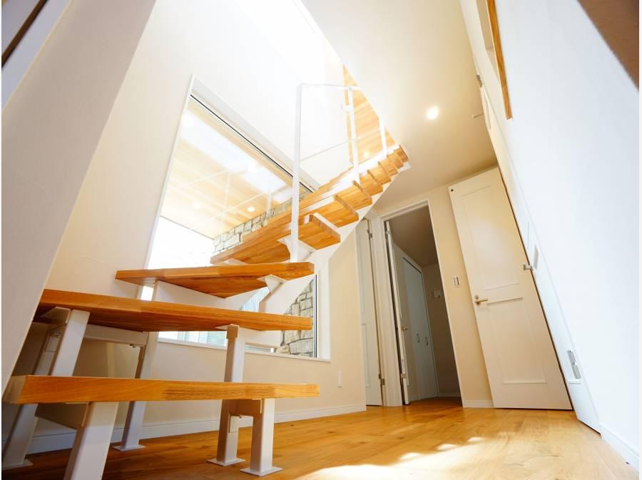 2階へはスケルトンステップで昇降。