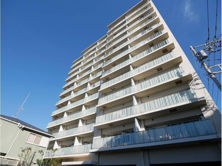 平成23年築の重厚感溢れるマンションです。