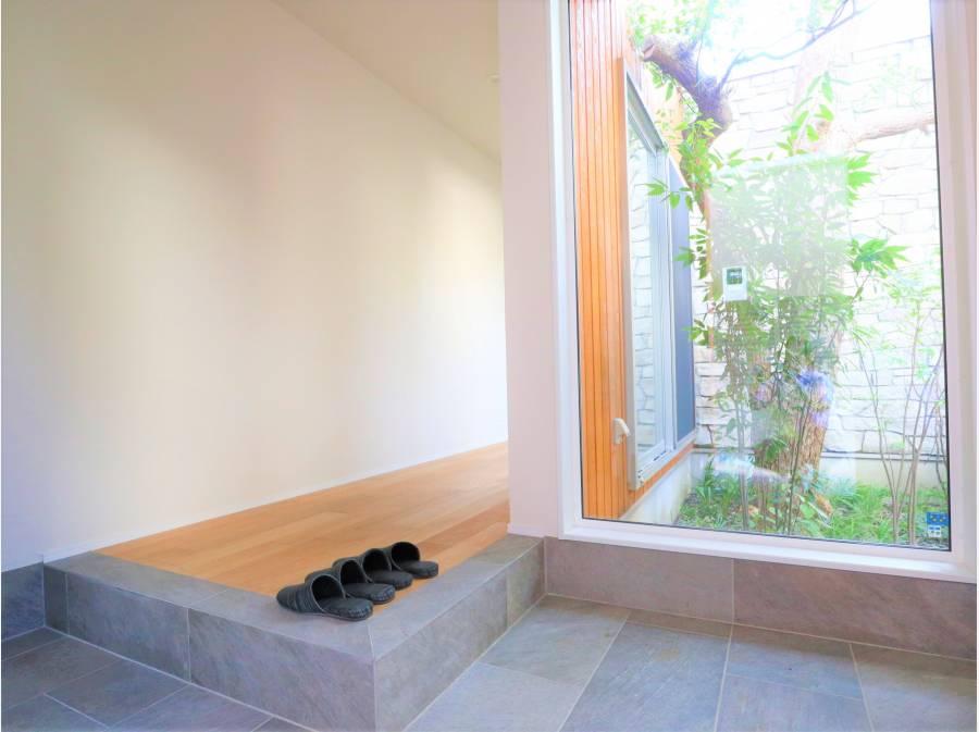 玄関開けて坪にはを望む印象的な玄関スペース