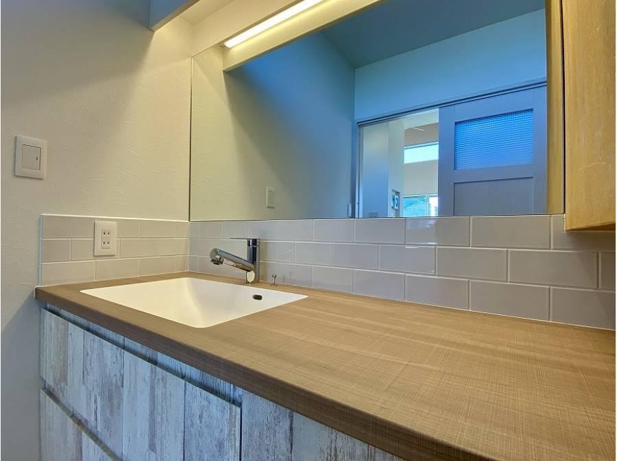 造作の洗面化粧台はスタイリッシュ(タオルなどの収納棚もあります)