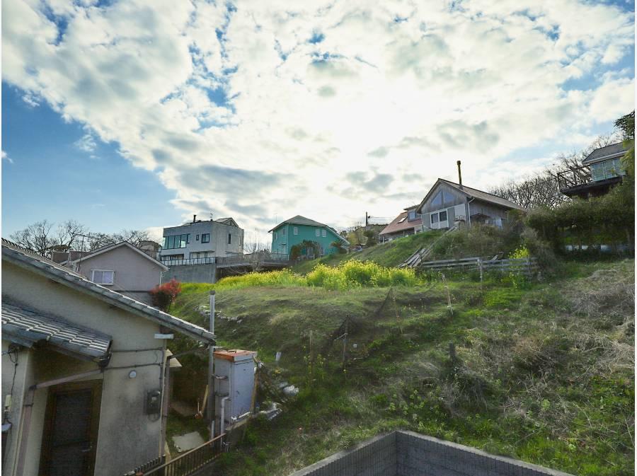 山側には別荘風の建物と綺麗な空が広がります。
