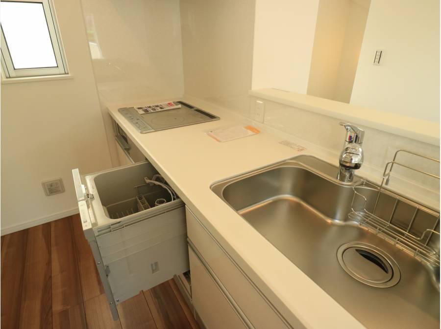 IHの食洗器付きキッチン。蛇口は浄水器をビルトイン。
