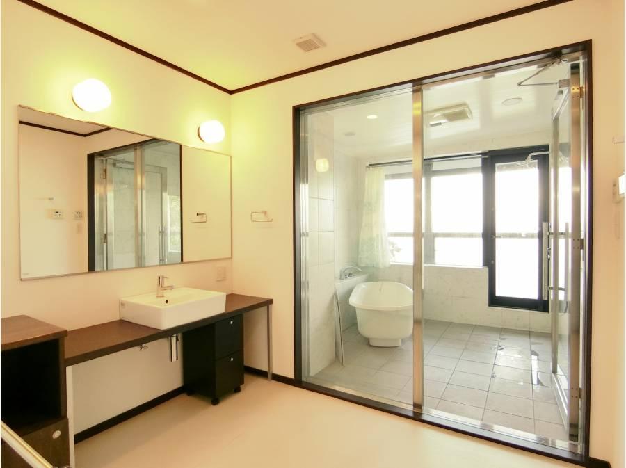 海を望むビューバスは建物の2階に。広い洗面も使い勝手が良さそう
