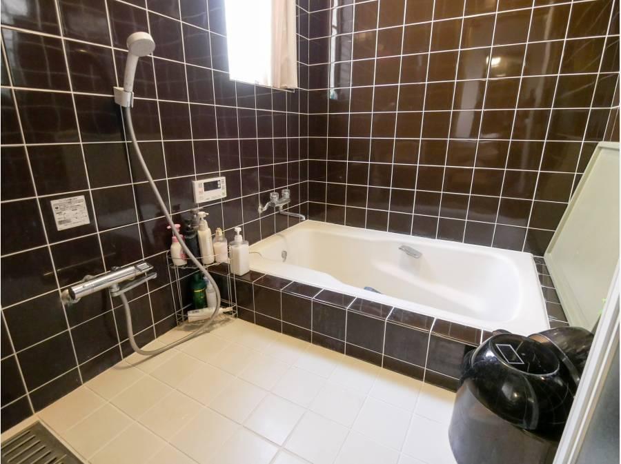 2.5帖大のゆったりバスルームはシックなタイル仕上げ。